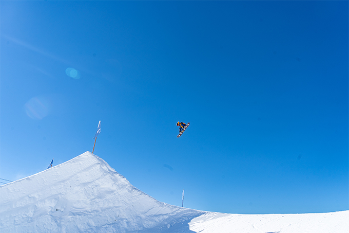 Valentino Gueseli on his way to winning the snowboard youth division. Photo: Perisher